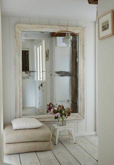 Espejo Grande De Pared. El Espejo Horizontal Grande Est Colgando En ...